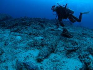 グアムの海底に沈む砲弾